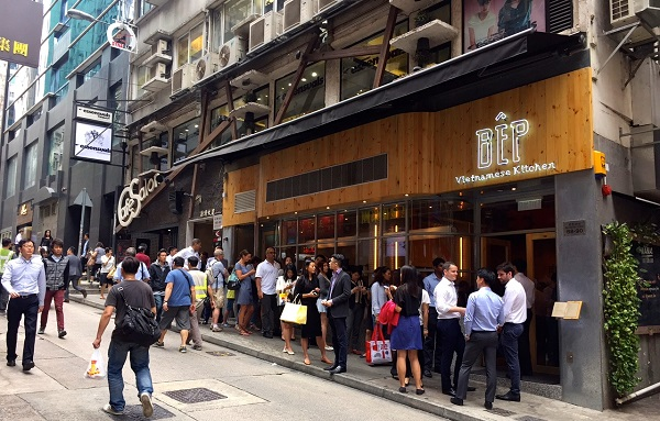 Long Quene Outside Restaurants During Lunch On Wellington Street Lacruland